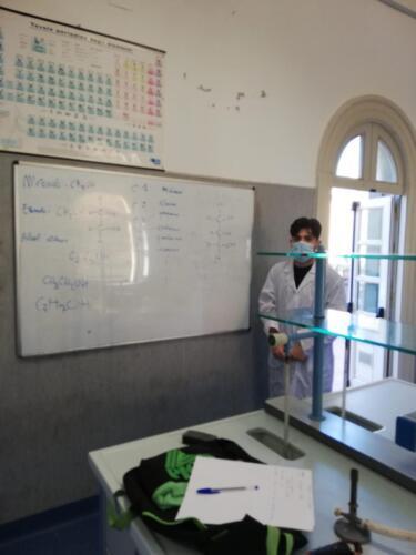 Estrazione di oli essenziali nel Laboratorio di Chimica (5/2/21)